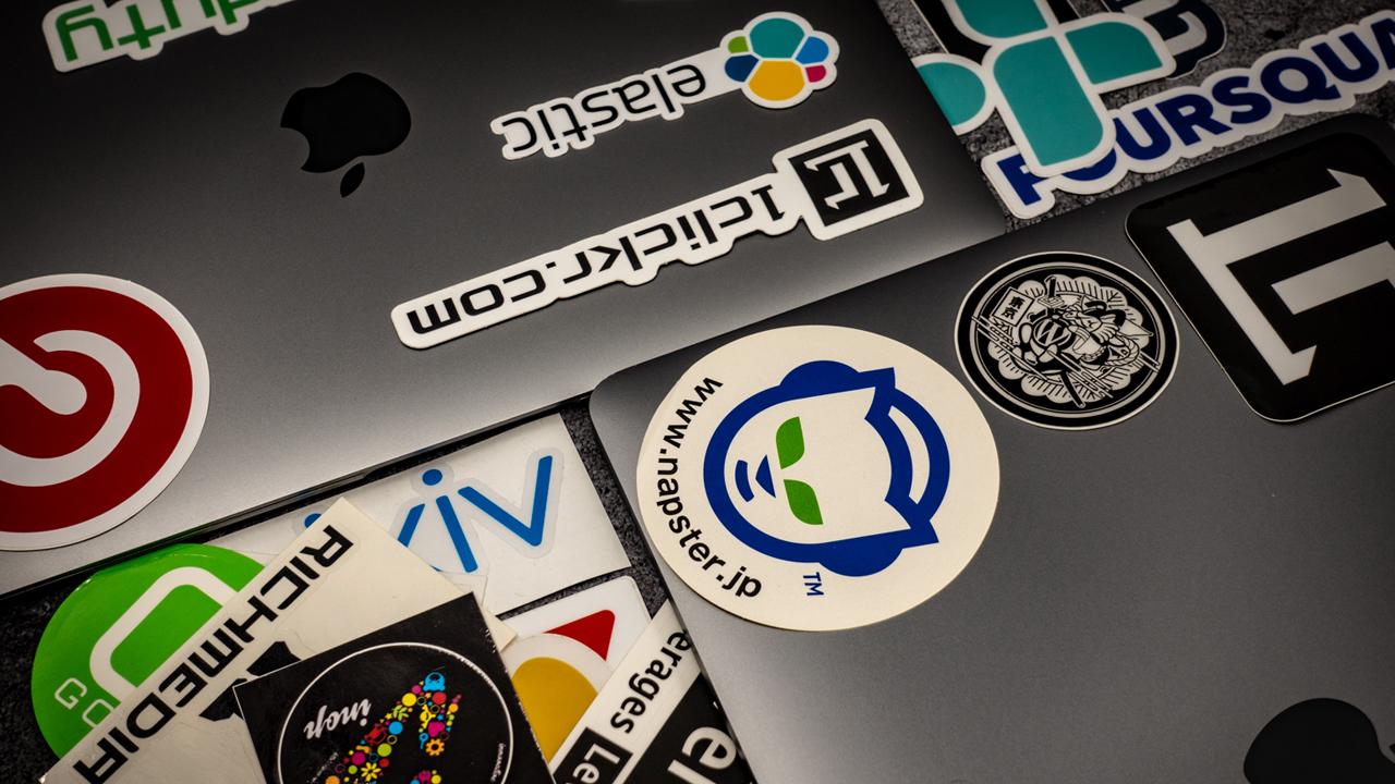 MacBook Proに貼るおしゃれな「IT・WEB系ステッカー」の入手方法