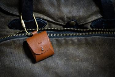 elago 真鍮と革を使った「渋めのAirPodsケース」が気に入っている